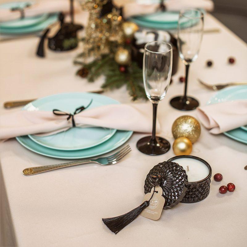 Kvepiančios J&E Handmade Candles žvakės šventinio stalo dekore